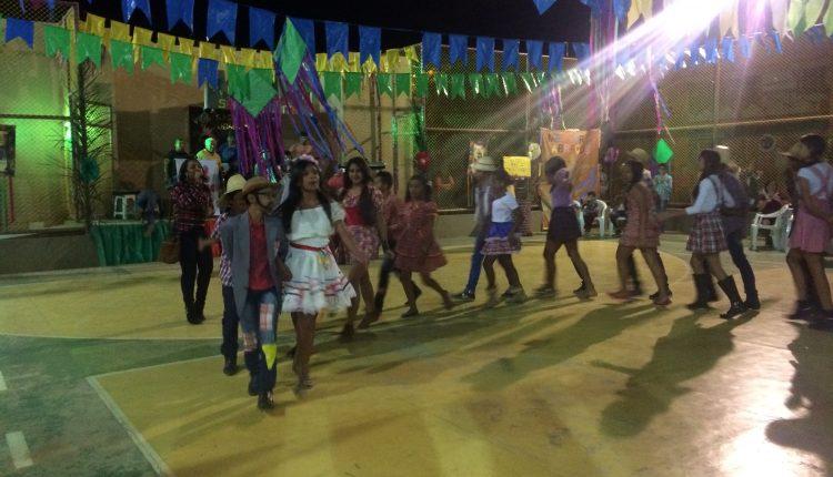 """As Escolas Municipais Zelinda e Nunila realizaram o """"Arraiá Saia de Chita"""" com apresentações pra lá de animadas"""