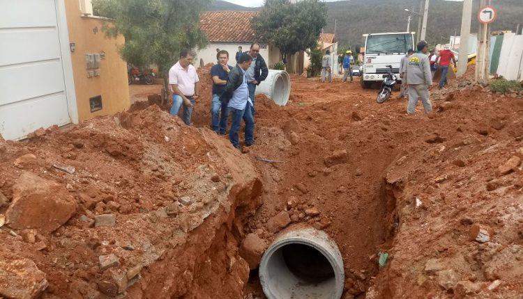Prefeitura de Caetité realiza implantação de tubos para drenagem de águas pluviais