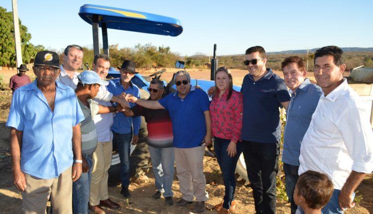 Comunidade de Sambaíba é beneficiada comtrator agrícola