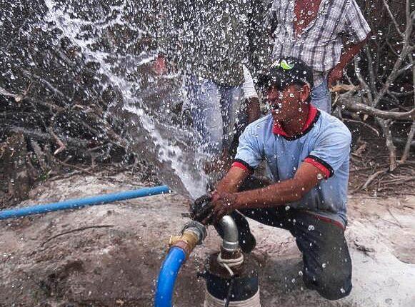 Poço artesiano perfurado em Pau Darco jorra água para alegria da comunidade