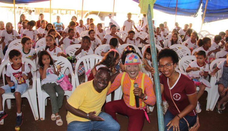 Cerca de 300 alunos da rede municipal de ensino assistiram a show de humor gratuito
