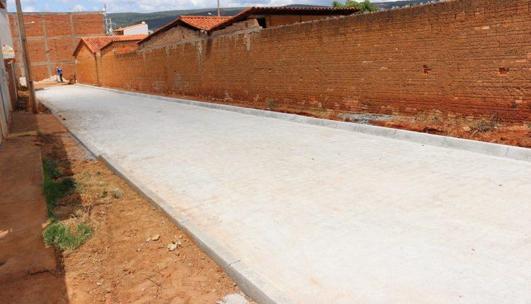 Mais uma rua está sendo calçada em Caetité