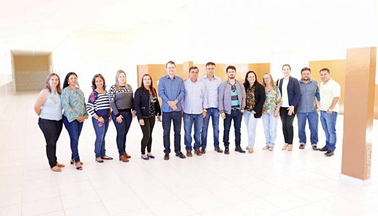 Prefeito Aldo Gondim visita conclusão de reforma na Escola Manoel Lopes Teixeira