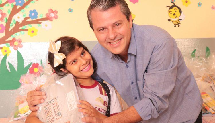 Prefeitura de Caetité entrega kits escolares para alunos da rede municipal